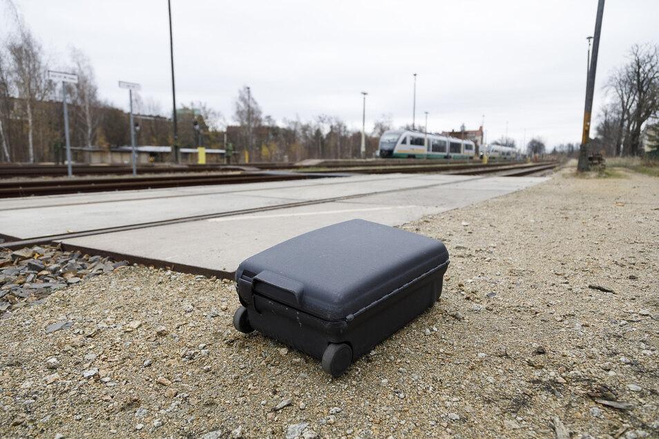 Wegen dieses schwarzen Hartschalenkoffers in einem Trilex (im Hintergrund) wurde der Zug außerhalb des Bahnhofes geparkt. Experten untersuchten den Trolley.