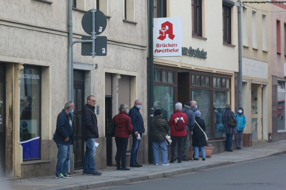 Vor der Brücken-Apotheke in Roßwein bildete sich am Dienstag eine lange Schlange. Viele Kunden wollten sich die kostenlosen FFP2.-Masken abholen.