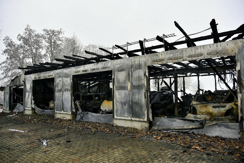 Großbrand in Friedersdorf bei Görlitz: Lagerhalle und Anbau mit mehrere Fahrzeugen darin sind komplett abgebrannt. Der Schaden kann noch nicht beziffert werden.