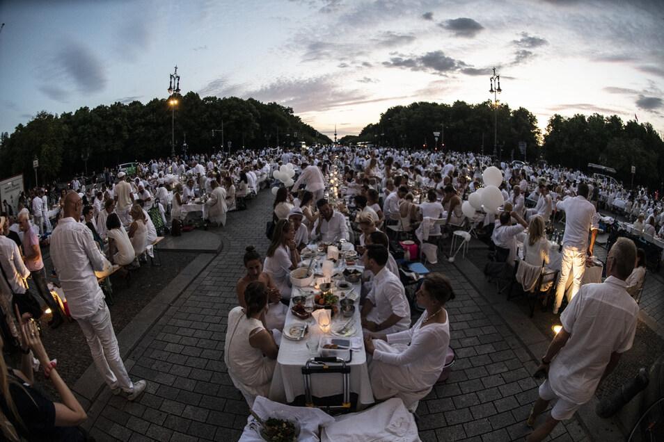 """So viele Gäste wie hier in Berlin werden in Hoyerswerda sicher nicht erwartet, aber von der Atmosphäre eines """"Essens in Weiß"""" kann man sich ein Bild machen."""