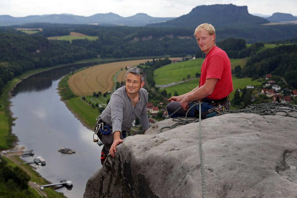 Auf dem Weg zum Gipfel des Mönchs: SZ-Reporter Jörg Stock wird von Bergführer André Zimmermann erfolgreich in die Welt der Kletterer eingeführt.
