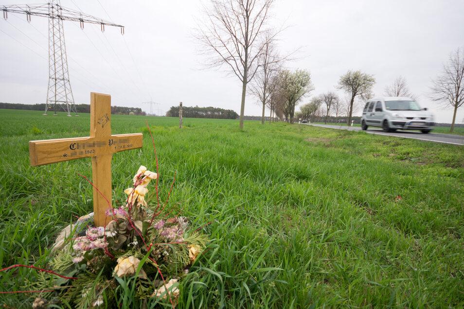 Ein Kreuz erinnert im April 2019 an den Mann, der auf der Straße zwischen Wainsdorf (Blickrichtung) und Gröditz bei einem schweren Verkehrsunfall Ende November 2018 ums Leben gekommen war.