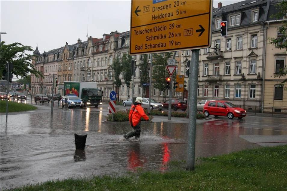 Überschwemmung auch in Pirna: Nach dem teilweise sintflutartigem Regen floss das Wasser an zwei verstopften Schleusen an der Kreuzung der Bundesstraße B 172 Königsteiner Straße, Ecke Einsteinstraße nicht mehr ab.