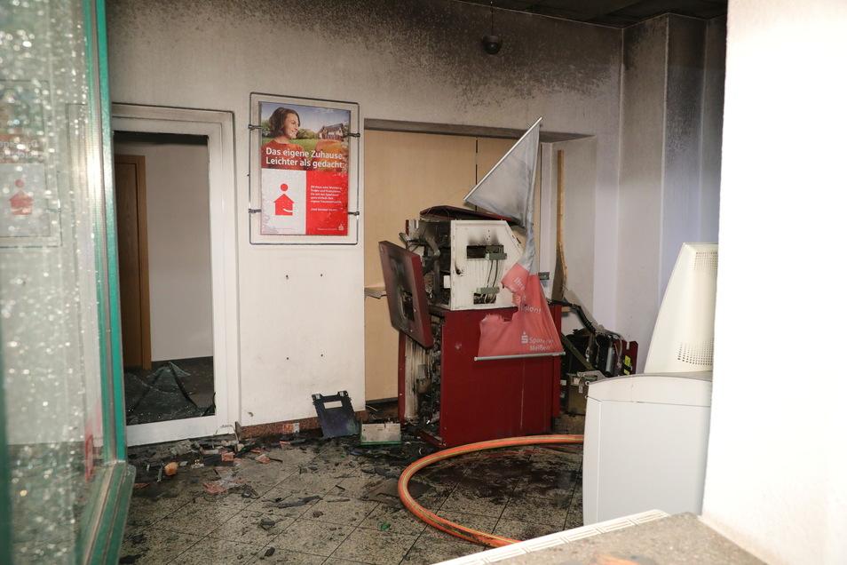 Völlig zerstört wurde der Geldautomat in der Hühndorfer Straße in Klipphausen durch die Explosion.