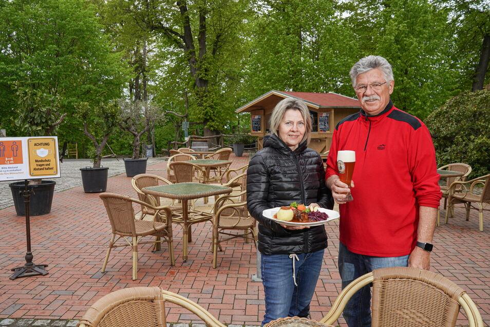 Heidi und Karl-Heinz John vom Berggasthof Butterberg in Bischofswerda bedienen jetzt draußen wieder Gäste. Am Pfingstmontag war die Terrasse schon voll.