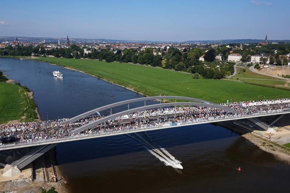 Unterquert wurde die Brücke von Dampfern und kleineren Booten.