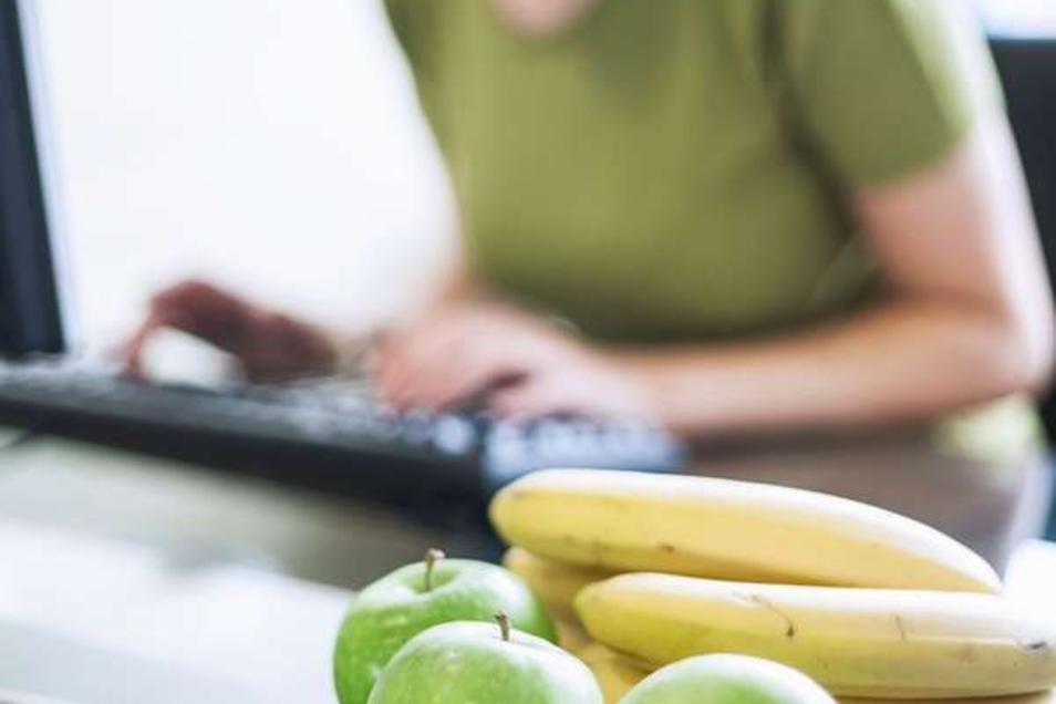Äpfel und Bananen sind ausgewogene und köstliche Zwischenmahlzeiten bei der Arbeit.