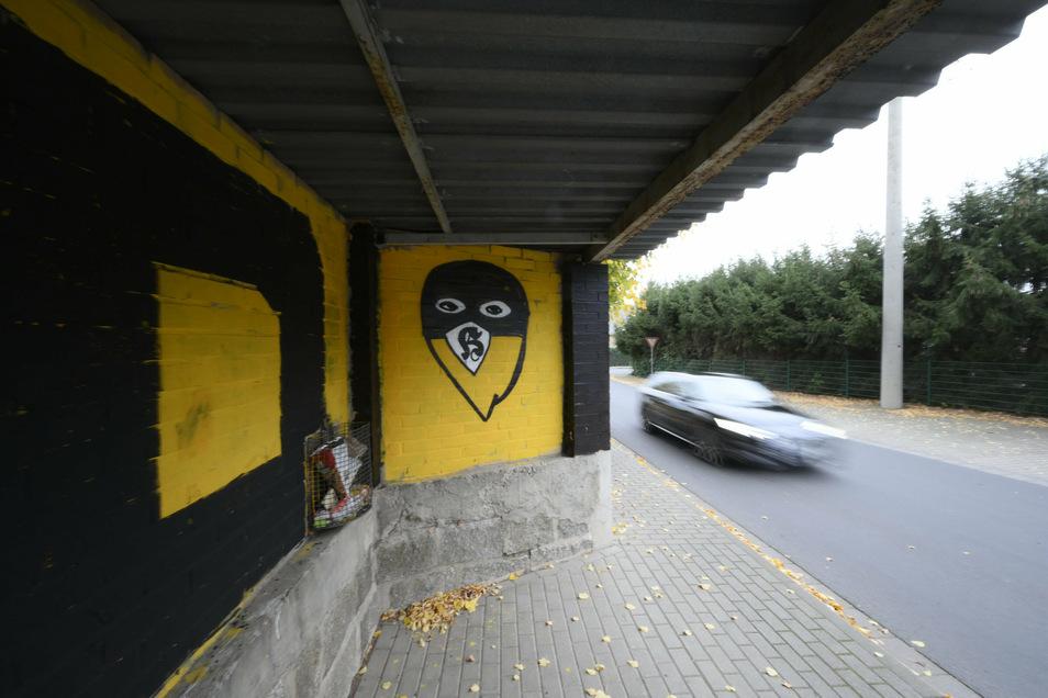 In Lampertswalde wurde diese Bushaltestelle vor der Grundschule großflächig mit Dynamo-Dresden-Symbolen bemalt. Auch mit einem Zeichen der Hooligans.