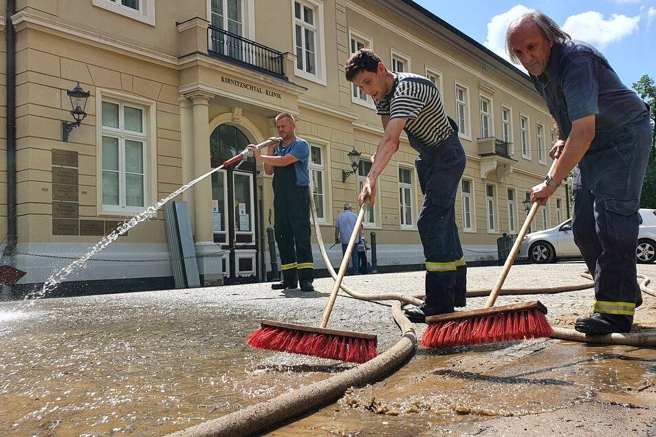 Nach dem Hochwasser am 17. Juli 2021 gab es wieder viel aufzuräumen. Ohne die Unterstützung der Feuerwehren und anderer freiwilliger Helfer wäre das schwer möglich gewesen.