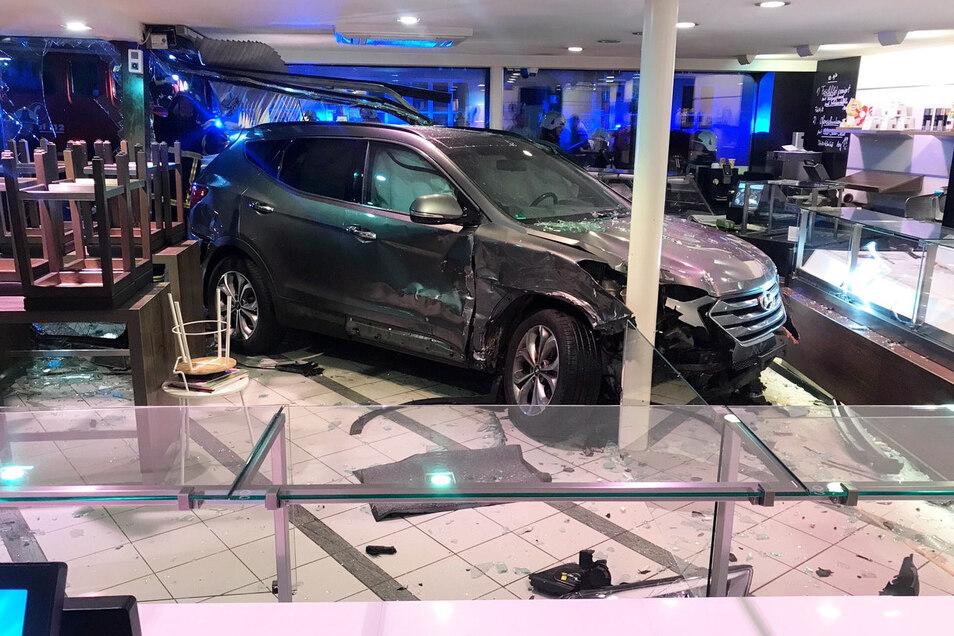Nach einer Kollision mit einem anderen Fahrzeug wird ein Auto in den Verkaufsraum einer Metzgerei in Pfungstadt geschleudert und kommt erst vor der Verkaufstheke zum Stehen.