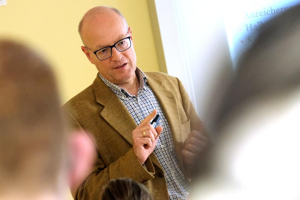 Der Zeigefinger kommt eigentlich selten zum Einsatz. Apotheker Oliver Morof überzeugt die Schüler in der Pestalozzi-Schule bei der Drogenprävention eher durch Argumente.