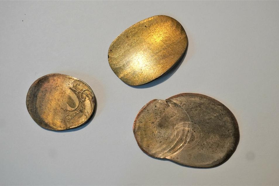 Ein Souvenir aus Baikonur der ganz besonderen Art: Platte Geldstücke als Glücksbringer für den Raumflug.