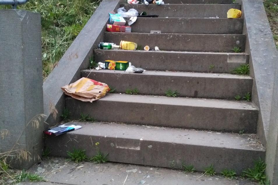 ... Besucher der Spitzhaustreppe lassen ihren Müll einfach fallen ...