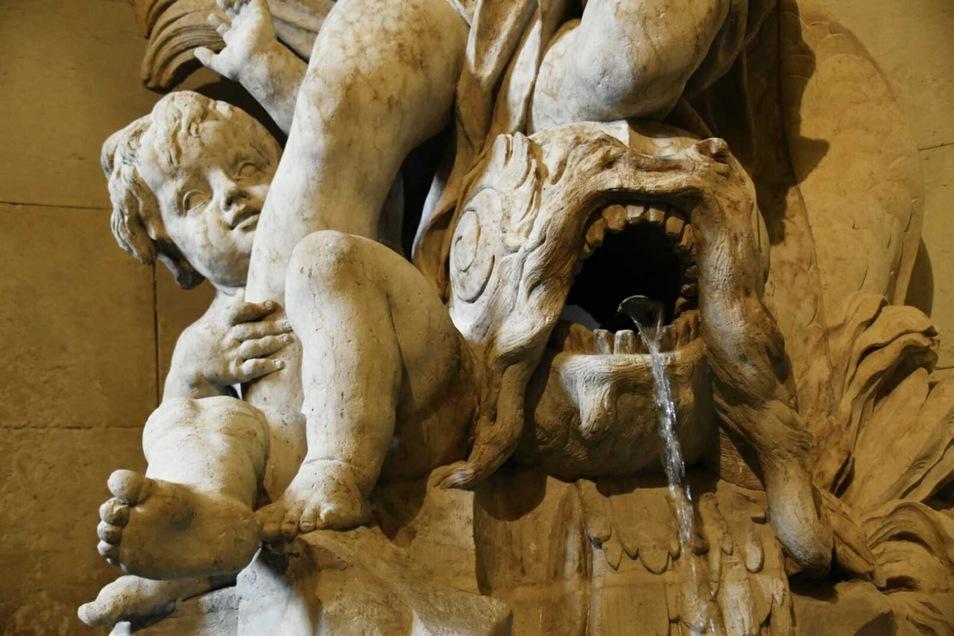 Wer wusste es? Das Oberlandesgericht am Schloßlatz beherbergt zwei der wertvollsten Wandbrunnen Dresdens.