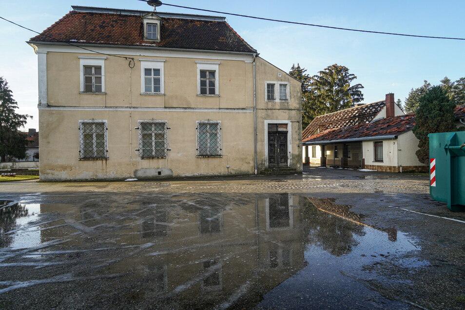 Die Abrissarbeiten am alten Vereinshaus (r.) haben bereits begonnen. An der Stelle der alten Schule und des Vereinshauses entsteht bis Herbst 2022 das neue Feuerwehrgerätehaus.
