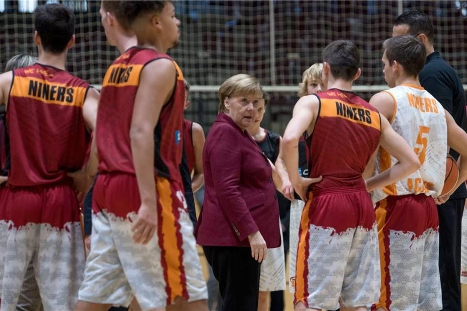 Bundeskanzlerin Merkel (CDU) besucht das Training der Nachwuchsteams des Basketball-Zweitligisten Niners Chemnitz.