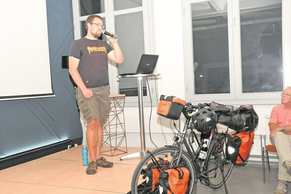 """Willy Klein brachte zum Vortrag sein Fahrrad samt Gepäck mit. Mit diesem Gefährt und dem """"Zubehör"""" bewältigt er die Reise, die ihn durch mehrere Länder bis hin zum Nordkap und zurück führte."""