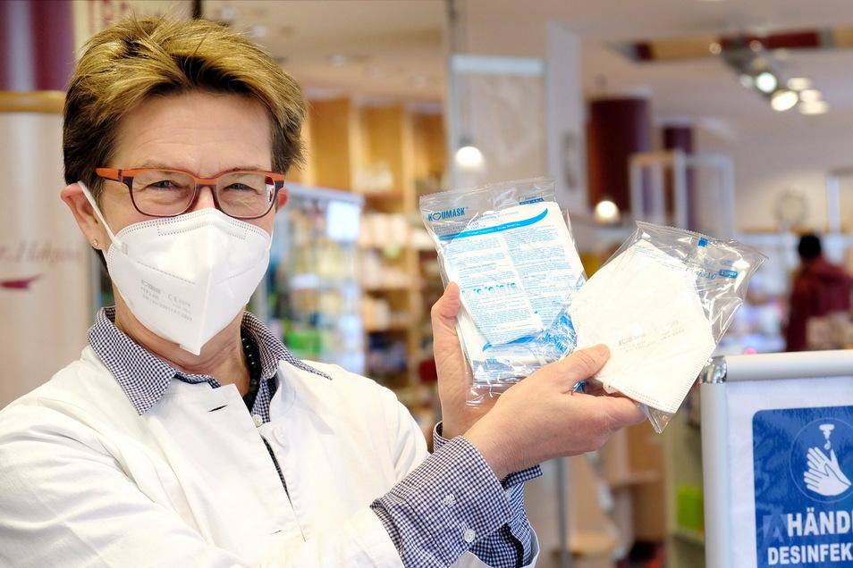 Dr. Helene Morof mit FFP2 Masken, die in der Moritzapotheke in Meißen verkauft werden. Ab Donnerstag werden diese Masken (oder alternativ einfache medizinische Masken) im Einzelhandel, beim Arzt und in öffentlichen Verkehrsmitteln Pflicht.