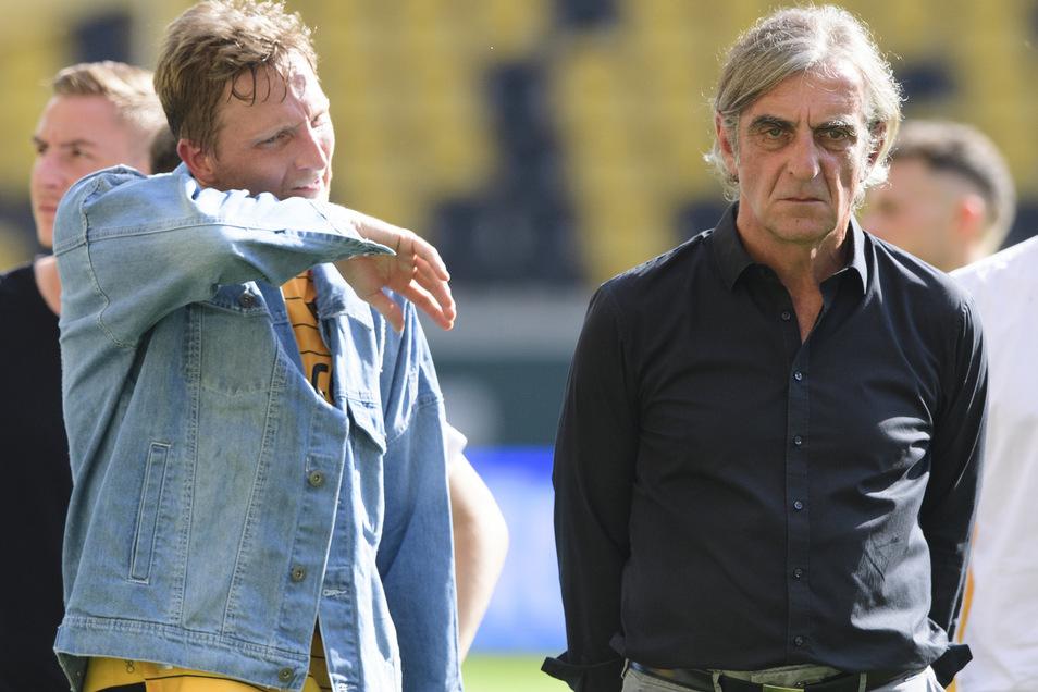 Enttäuscht: Nach dem Spiel gegen Osnabrück und dem feststehenden Abstieg steht Marco Hartmann gemeinsam mit der Mannschaft und dem nun ehemaligen Sportdirektor Ralf Minge im Stadion.