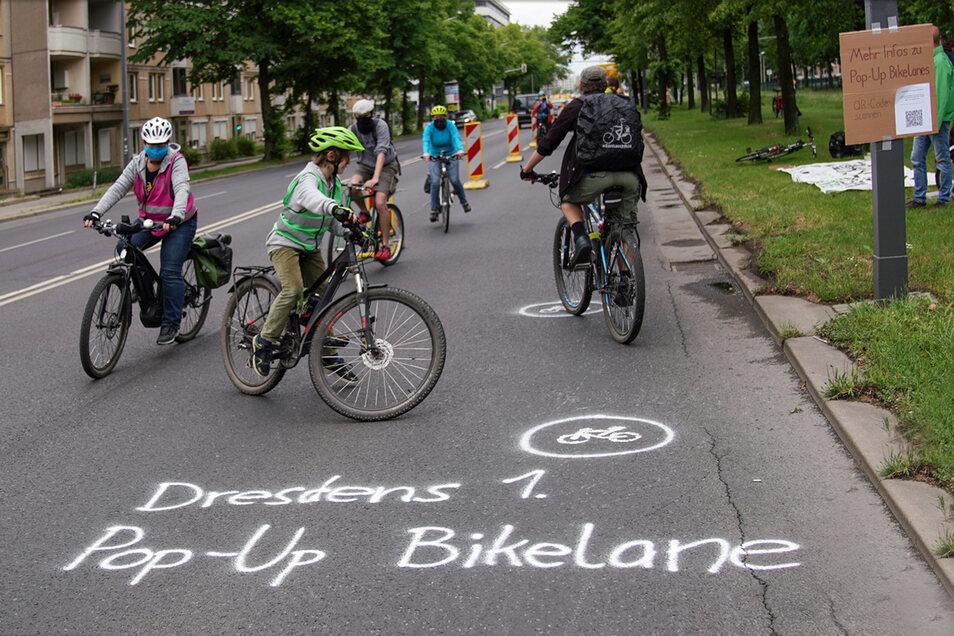 Mehrere Dutzend Radfahrer haben am Montag auf der Albertstraße ein Radwege-Experiment gestartet.
