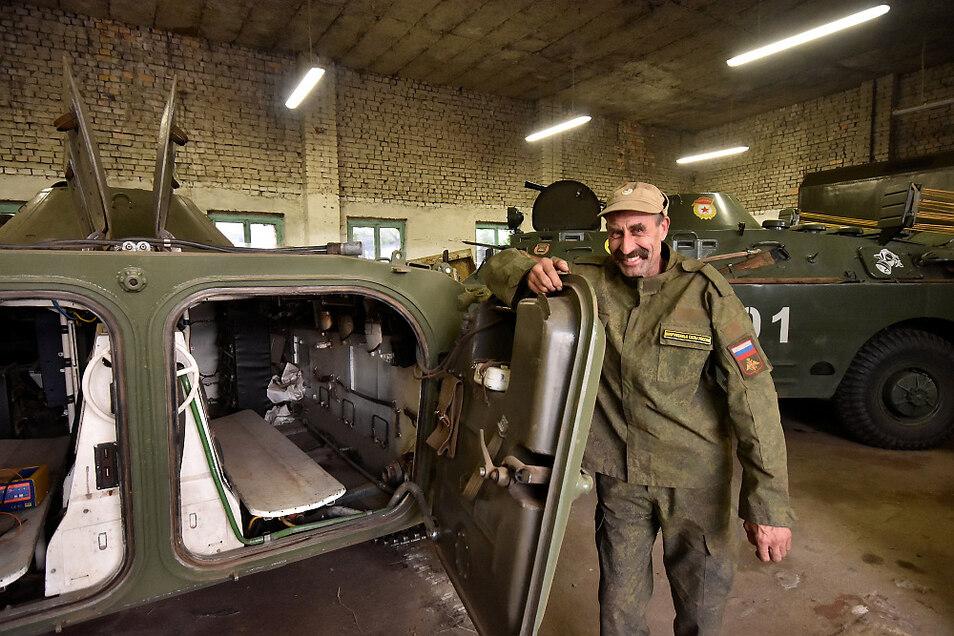 So kennt man Grigorij Uwe Berger – in russischer Uniform. Hier steht er an der geöffneten Heckklappe des Schützenpanzers BMP 1. Im Hintergrund ist der Schwimmpanzerwagen SPW 40 zu sehen.