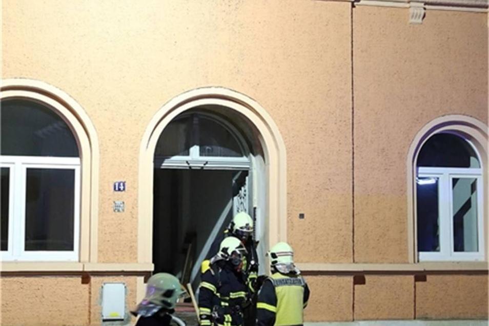Feuerwehrleute kommen nach getaner Arbeit aus dem Haus.