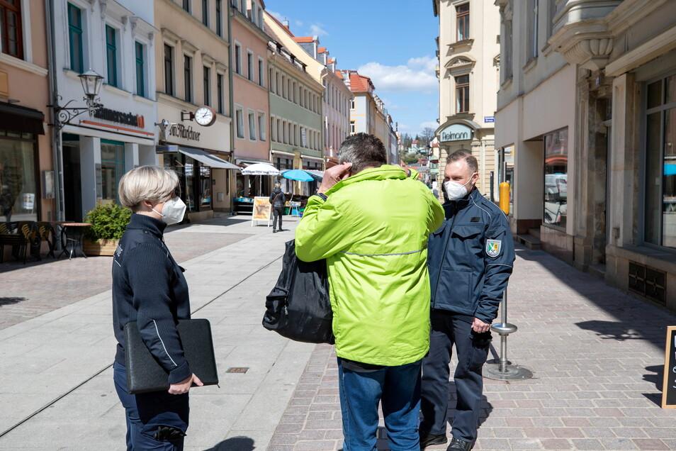 Eine von viele Ermahnungen in der Pirnaer Fußgängerzone. Auch dieser Mann hatte seinen Mund-Nasen-Schutz nicht angelegt.