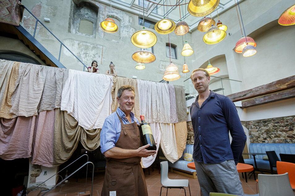 """Axel Krüger (l.) und Bas Dankers sind die Gesichter der neuen Weinbar """"Benigna"""". Franziska Schulz und Charlott Weise (hinten) haben für die farbige Innenausstattung gesorgt."""