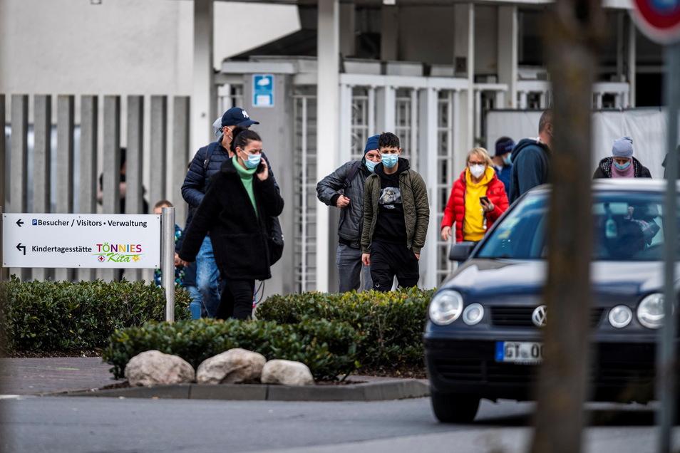 Bei einer Auseinandersetzung im Fleischwerk Tönnies in Rheda-Wiedenbrück hat ein Mann am Freitag seinen Kollegen mit einem Messer attackiert.