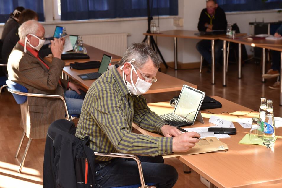 Ungewohnte Ratsarbeit in Altenberg. Jeder Stadtrat hatte einen Mundschutz um.