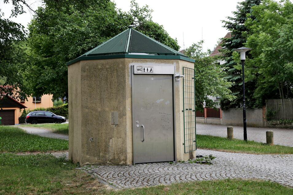 Die Reinigung der Riesaer Toiletten - hier am Bootshaus - obliegt weiter einer Riesaer Firma.