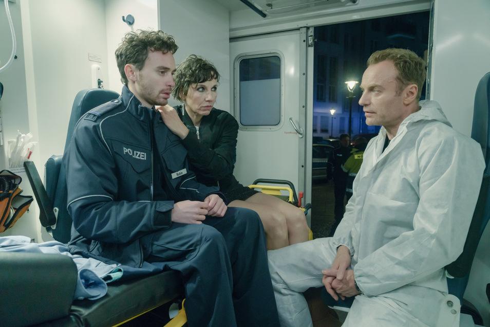 Nina Rubin (Meret Becker), im Amüsieroutfit, ist in Sorge um Sohn Tolja (Jonas Hämmerle). Der Polizeischüler wurde angeschossen und ist traumatisiert. Da hat Kommissar Robert Karow (Mark Waschke) schon erste Fragen.