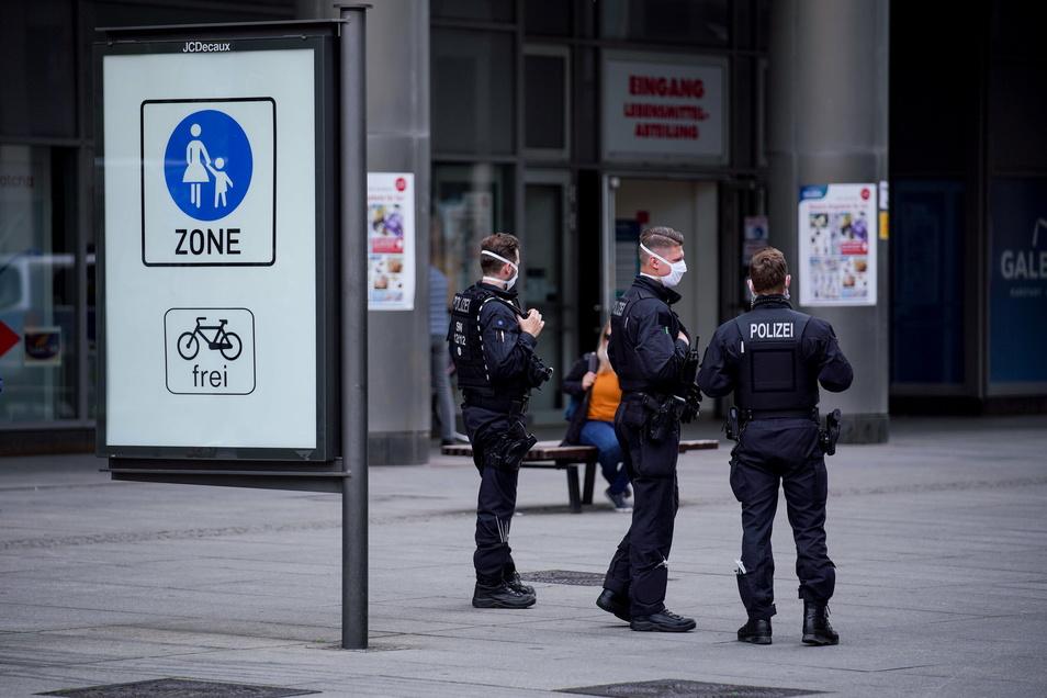 Auch zwischen Weihnachten und Neujahr kontrolliert die Polizei die Einhaltung der Regeln im öffentlichen Raum.