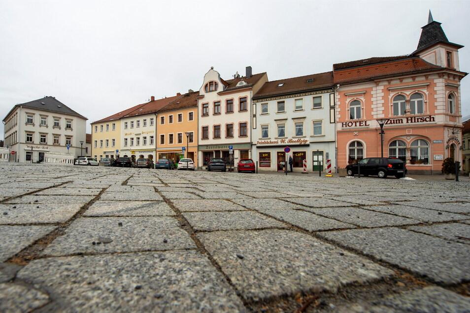 Sehr ruhig: Der Marktplatz in Radeburg. Die Stadt mit 7.300 Einwohnern hat die Spitze bei der Corona-Inzidenz im Landkreis Meißen übernommen. Nossen ist jetzt zweiter, Lommatzsch dritter.