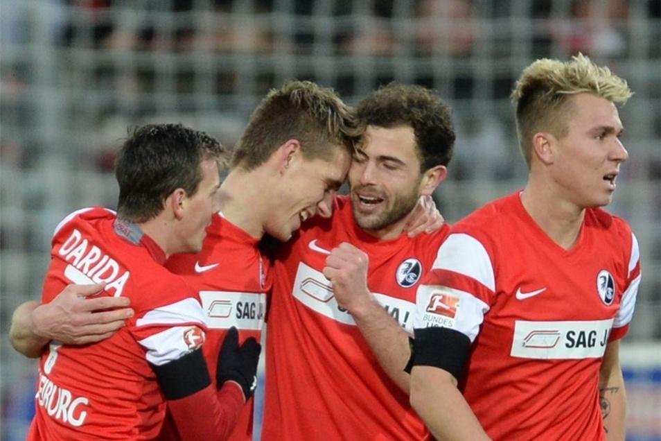 Vladimir Darida, Torschütze Nils Petersen, Admir Mehmedi und Felix Klaus (l-r) von Freiburg bejubeln das 2:1 gegen Frankfurt. Der Ex-Bremer sollte noch zwei weitere Treffer nachlegen.