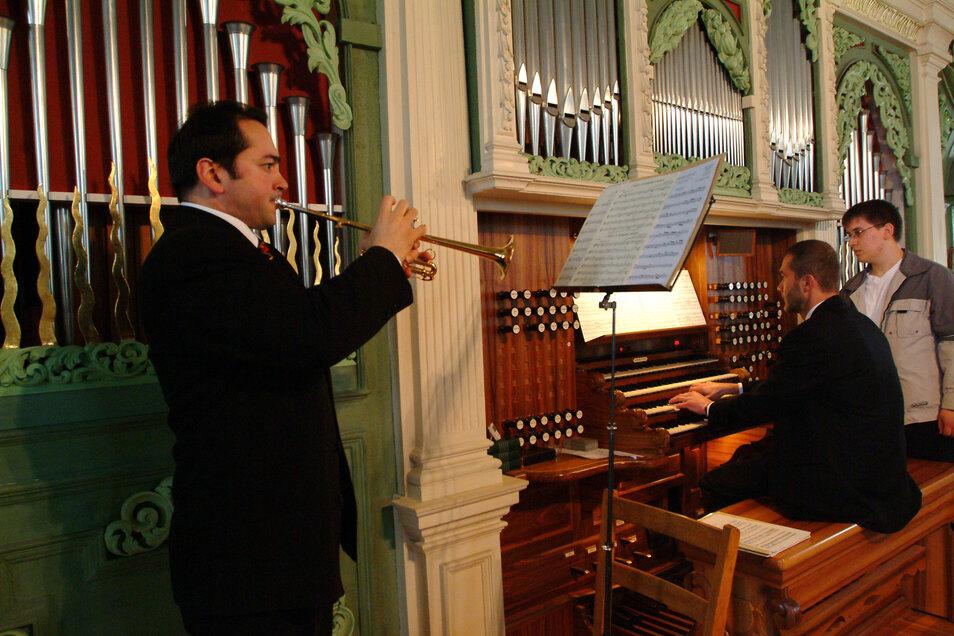 2004 spielt Ursu bei einem Konzert in der Peterskirche Görlitz Trompete.
