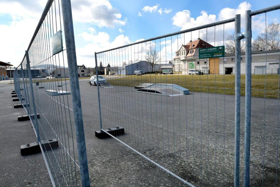 Der Eingang zum Skaterplatz in Leutersdorf, der jetzt provisorisch mit Bauzäunen gesichert ist.