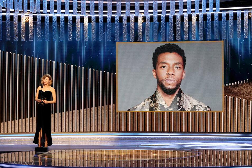 """Schauspielerin Renee Zellweger zeichnete den im August an Krebs gestorbenen """"Black Panther""""-Star Chadwick Boseman posthum mit dem Golden Globe in der Kategorie """"Bester Hauptdarsteller in einem Drama"""" aus."""