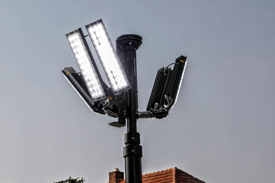 Der Lichtmast lässt sich auf 4,50 Meter ausfahren und die LED-Leuchten machen es selbst nachts taghell.