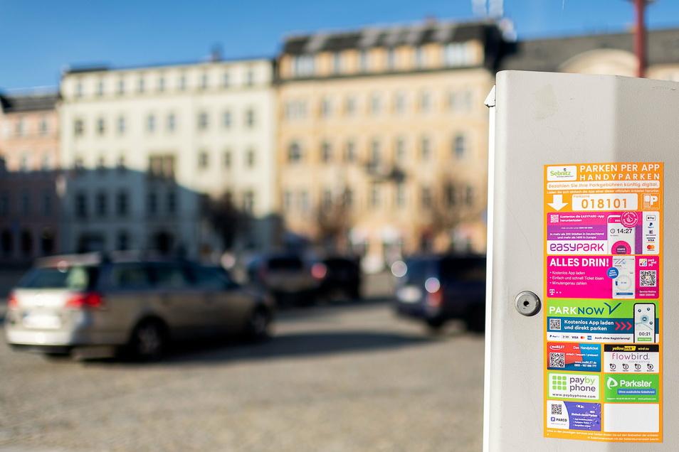 Parken auf dem Sebnitzer Markt: Wer die passende App auf dem Telefon hat, kann sich den Gang zum Parkautomaten sparen.