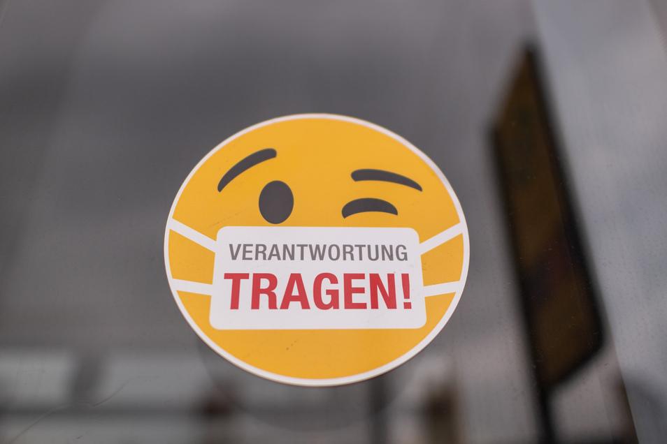 """Solche Aufkleber mit der Aufschrift """"Verantwortung tragen"""" kleben aktuell an Dresdner Straßenbahnen."""