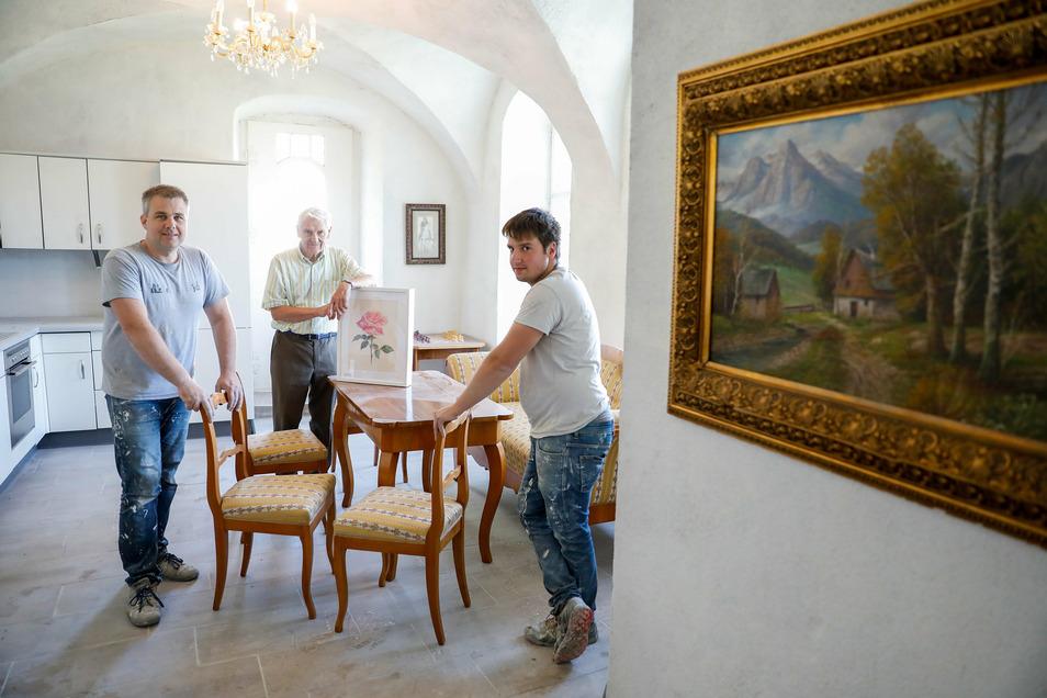 Die neuen Besitzer des Leutersdorfer Schlosses Helmut Zaggl (links) und Joel Lanbach (rechts) zeigen Bürgermeister Bruno Scholze im Erdgeschoss die bereits fertig sanierte Küche mit einem kombinierten Esszimmer