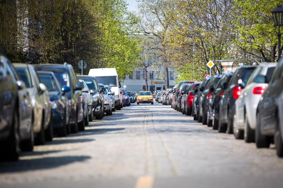 An einigen Stellen ist die  Augsburger Straße sehr eng. Für Busse müssten Bäume gefällt und Parkplätze weggenommen werden.
