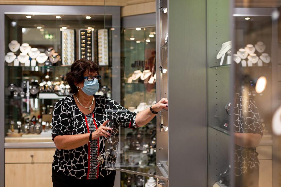 Uhren- und Schmuckhändlerin Kornelia Joffe bekommt Komplimente von gutgelaunten Kunden. Vor allem im Servicebereich ist die nachfrage groß.