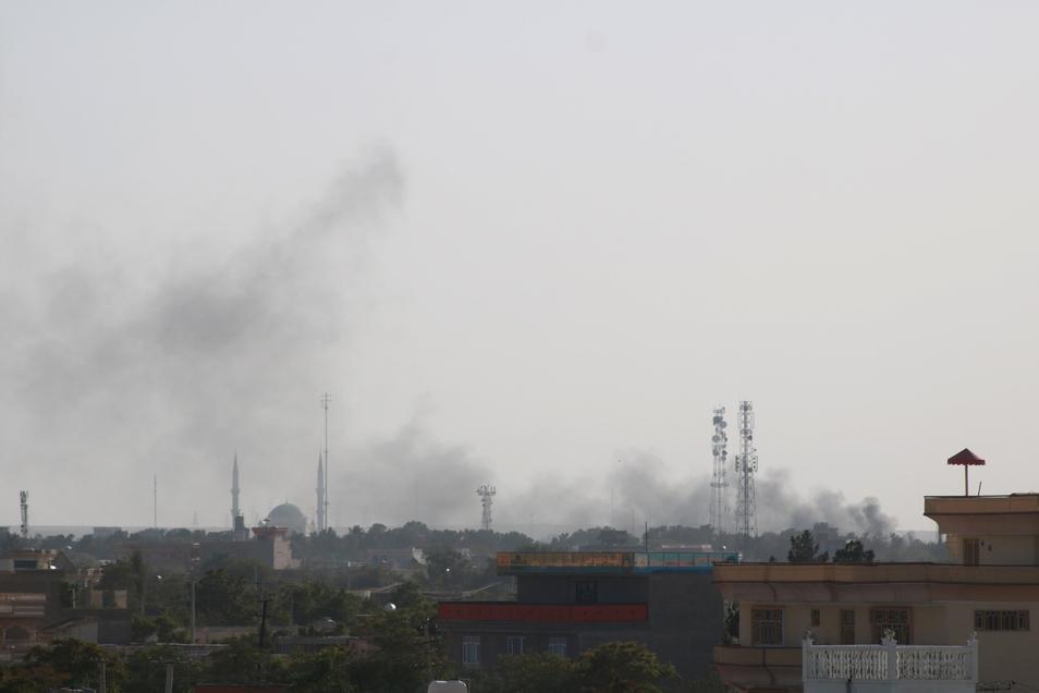 Rauch steigt bei einem Schusswechsel in der Hauptstadt der Provinz Jawzjan auf.