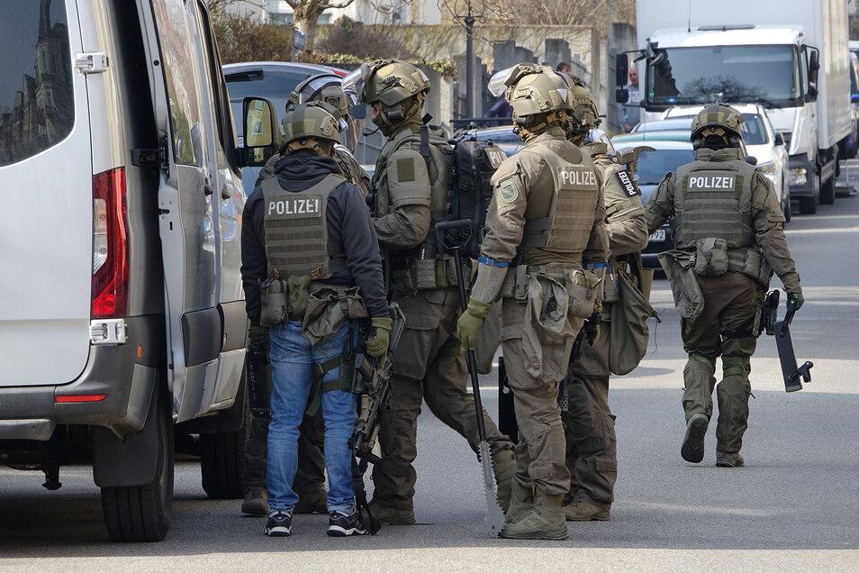 Schwer bewaffnete Mitglieder des Sondereinsatzkommandos am Donnerstag im Stadtteil Löbtau.