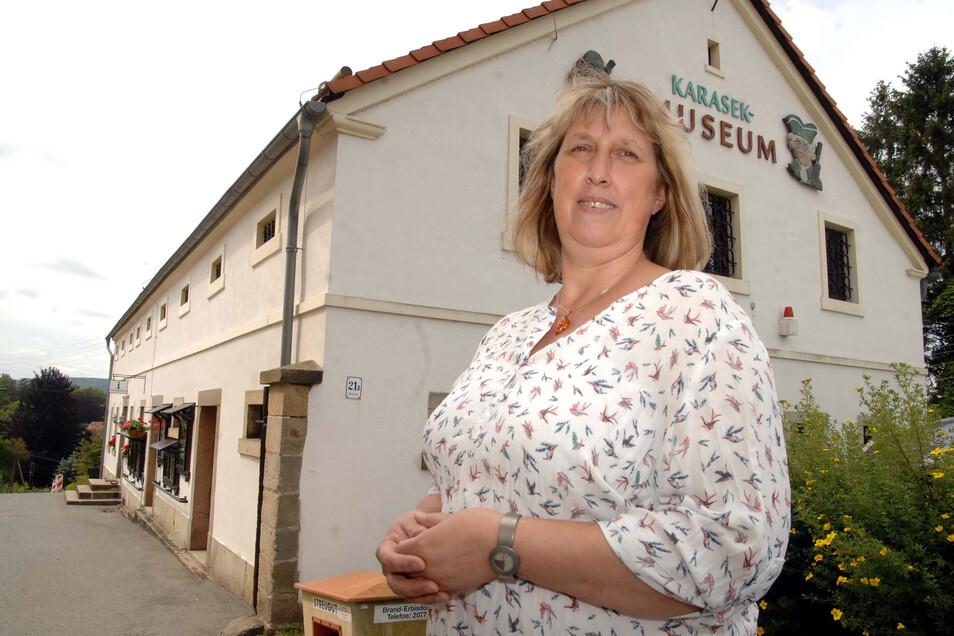 Ina Köhler, die Leiterin des Karasek-Museums in Seifhennersdorf, vor dem Gebäude. Am Haus sind Bauarbeiten nötig.