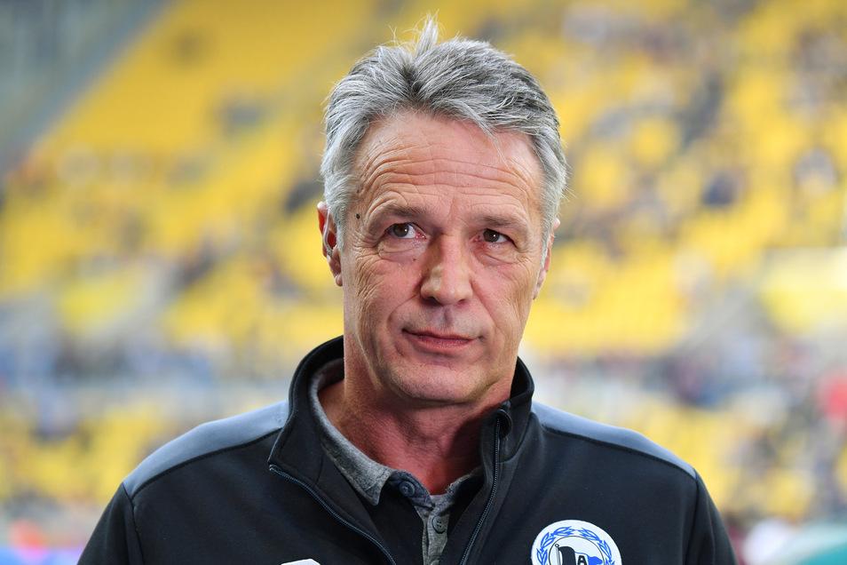 Vor dem Hinspiel am 26. Oktober in Dresden hatte Ex-Trainer Uwe Neuhaus noch gesagt, Dynamos Lage sei nicht sein Problem. Diesmal äußert er sich anders zur schwierigen Situation.