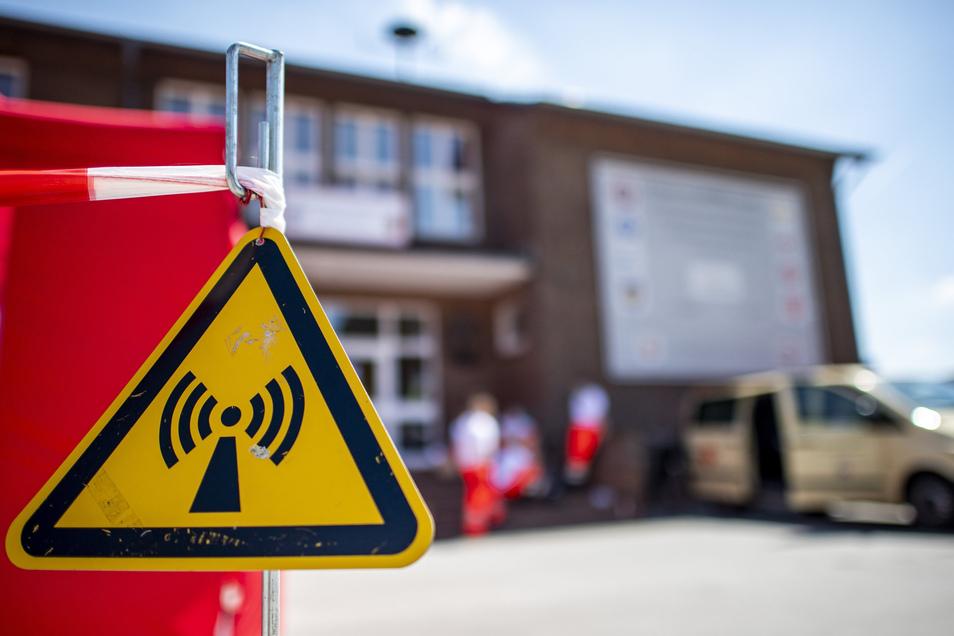 In der Kreisfeuerwehrschule für den Kreis Gütersloh in Rheda-Wiedenbrück werden die mobilen Teams aus Bundeswehr und Hilfsorganisationen gebildet, die anschließend im gesamten Kreis Gütersloh die Menschen in Quarantäne aufsuchen und testen.