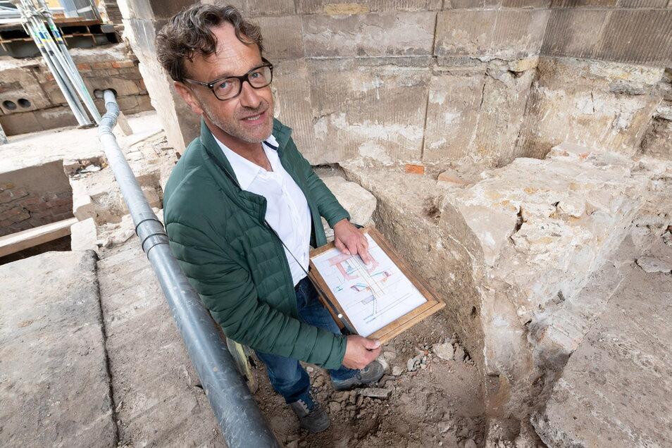 Archäologe Hartmut Olbrich zeigt eine der ringförmigen Sandsteinmauern unterm Kronentor, mit denen die alte Stadtmauer aus dem späten 16. Jahrhundert im Festungswall verankert waren.
